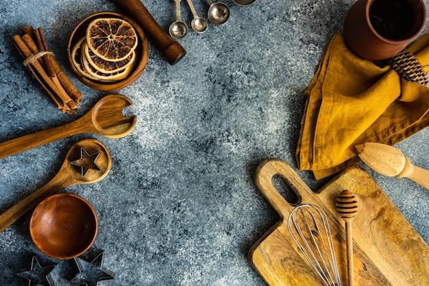 Koken concept met keukengerei op stenen achtergrond met kopie ruimte