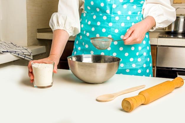 Koken dumplings met aardappelpuree in huis keuken.