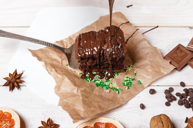 Koken en decoratie kerstchocoladecake met stroom van chocolade