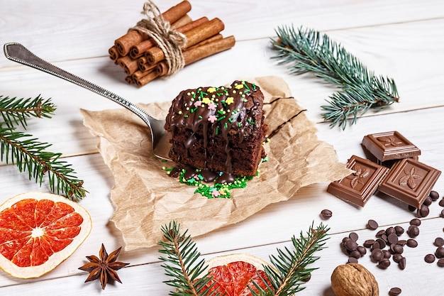Koken en decoreren chocoladecake van kerstmis