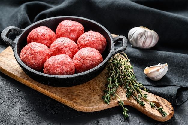 Koken gehaktballen van gehakt varkensvlees in een koekenpan