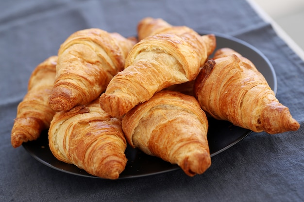 Koken. hoop croissants op de tafel