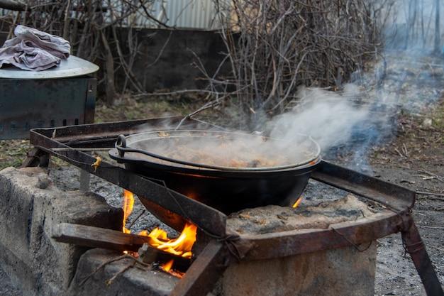 Koken in een ketel op de brandstapel. buiten eten. leven in de natuur.
