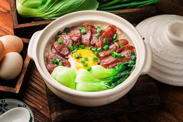 Koken in kantonese stijl van rijst in kleipot met gewaxt vlees
