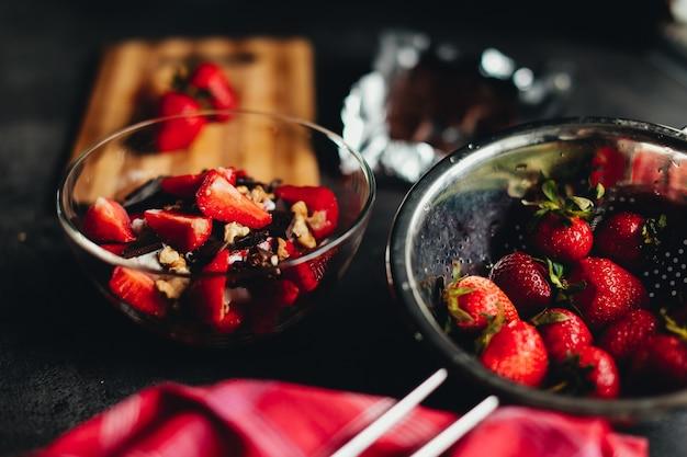 Koken ingrediënten aardbei, chocolade, walnoten op tafel. hoge kwaliteit foto