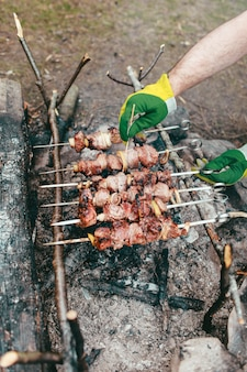 Koken kebabs in vuur en vlam gegrild vlees op het vuur
