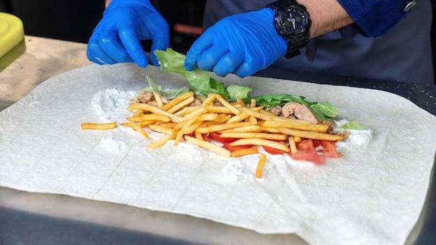 Koken met salade in een wrap in een foodtruck
