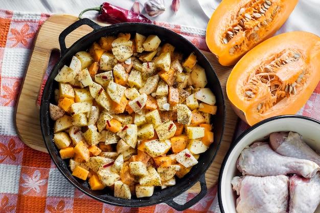 Koken one-pot maaltijd - kippendijen en poten met aardappelen en pompoen