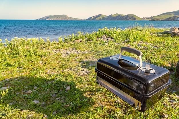 Koken op de barbecue. buitenshuis. dichtbij het strand en de bergen