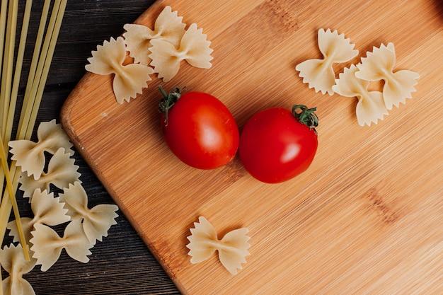 Koken pasta met tomaten, keukentafel