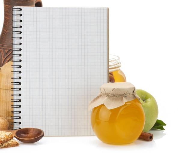 Koken receptenboek en voedsel geïsoleerd op wit