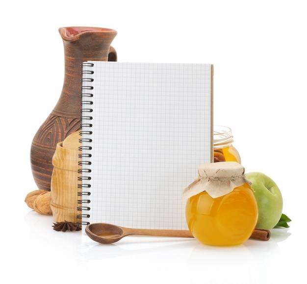 Koken receptenboek en voedsel op wit wordt geïsoleerd