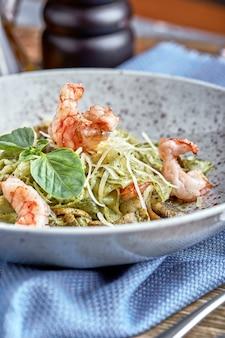 Koken tagliolini gourmet, handen van de chef op het werk