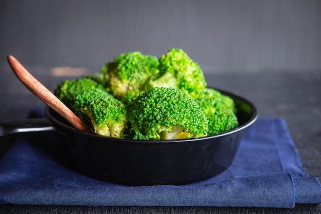 Koken van verse broccoli