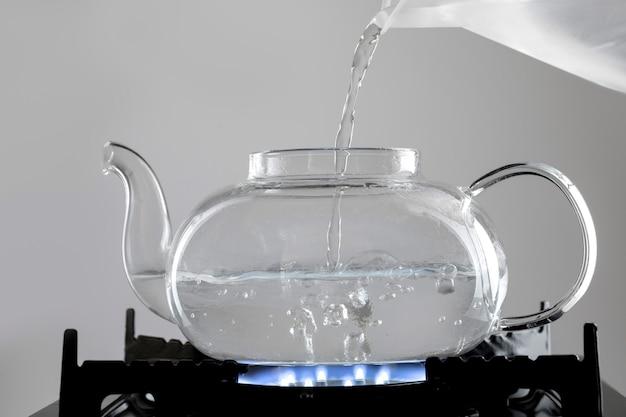 Kokend heet water voor theearrangement