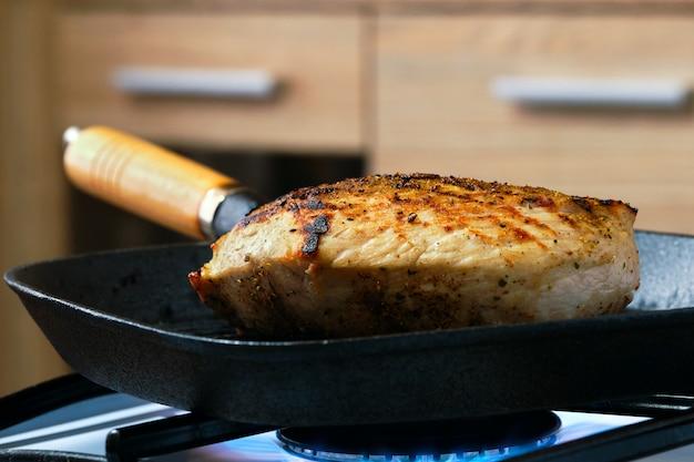 Kokend varkensvleesvlees op grillkoekepan
