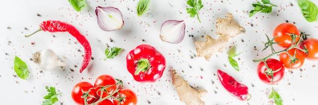 Kokende achtergrond met verse groenten en kruiden