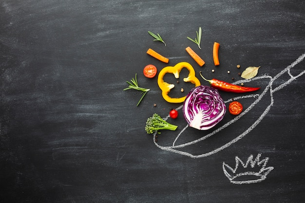 Kokende groenten op krijtpan met exemplaarruimte