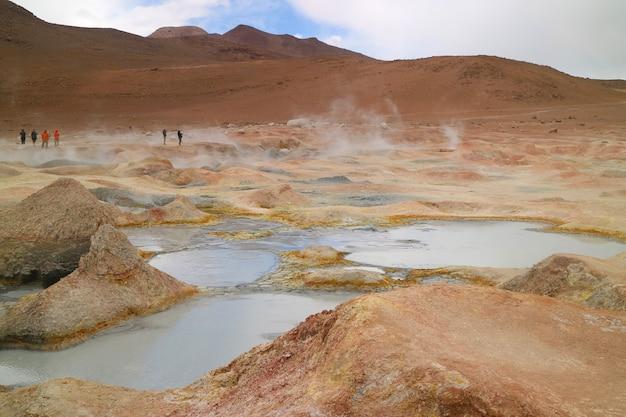 Kokende moddermeren van sol de manana of het geothermische veld van de ochtendzon in potosi, bolivia