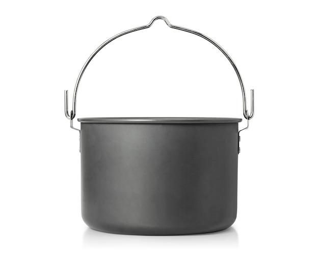 Kokende pot die op witte achtergrond wordt geïsoleerd.