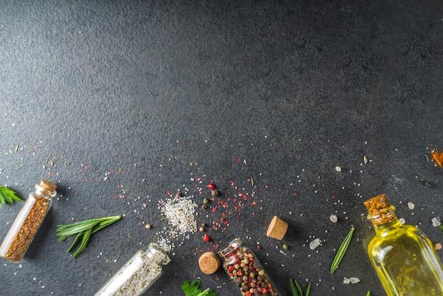 Kokende voedselachtergrond met kruiden, olijfolie en kruiden