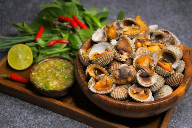 Kokkels met zeevruchtensaus