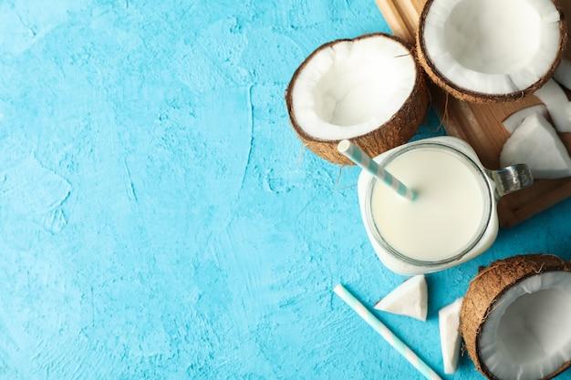 Kokos en melk op blauw, bovenaanzicht