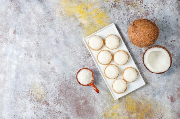 Kokos marshmallow cookies met halve kokosnoot, bovenaanzicht