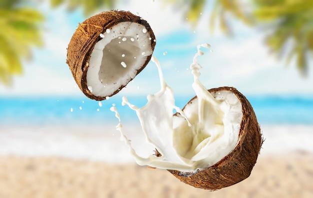 Kokos met melk op het strand met palmbomen