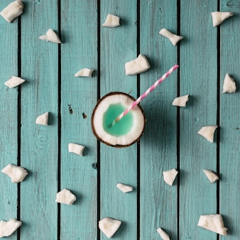 Kokos patroon op blauwe houten muur. minimaal concept. plat leggen.