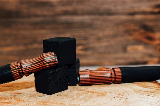 Kokos sintels op een houten ondergrond met prachtige handgemaakte mondstukken.