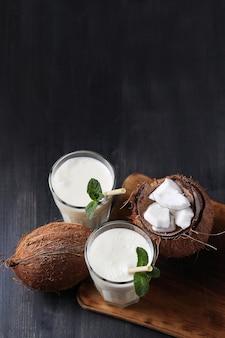 Kokoscocktail met stro. tropisch drankje