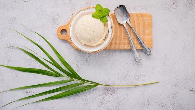 Kokosijs met lepels op een betonnen tafel