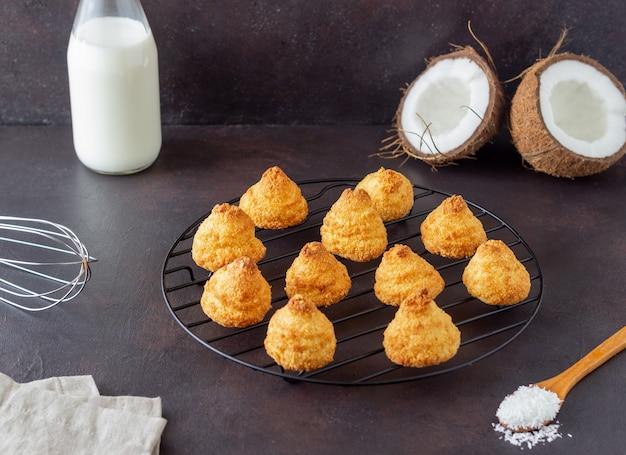 Kokoskoekjes op een donkere ondergrond. bakken. vegetarisch eten.
