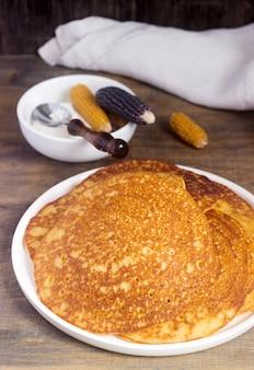 Kokosmaïspannekoeken met honing. rustieke stijl.