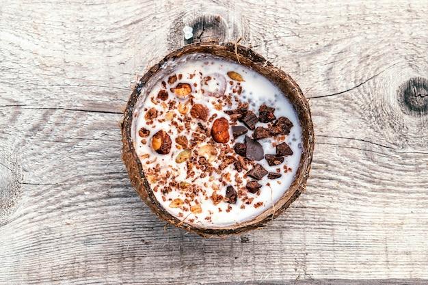 Kokosmelk en muesli in een kokosnoot