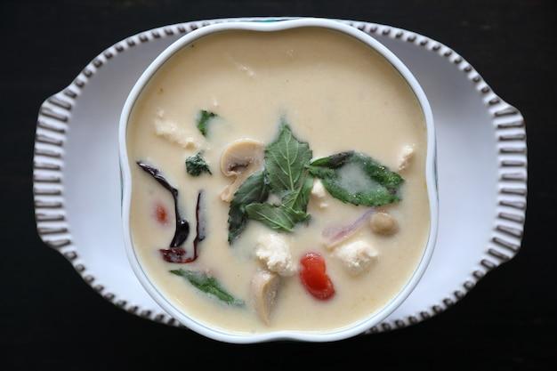 Kokosmelk soep met kip, traditionele thaise gerechten