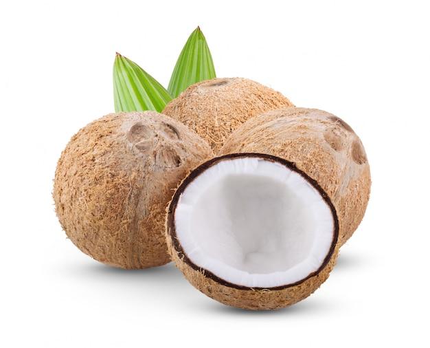 Kokosnoot die met blad op witte achtergrond wordt geïsoleerd. volledige scherptediepte