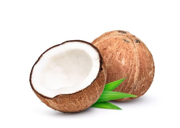 Kokosnoot die op een witte achtergrond wordt geïsoleerd