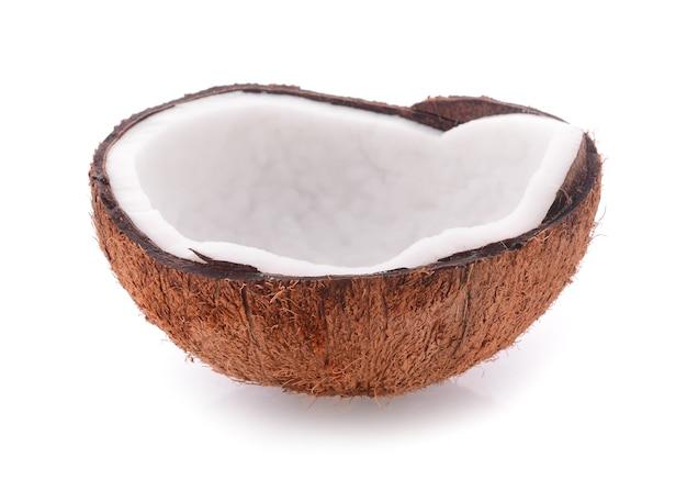Kokosnoot die op witte achtergrond wordt geïsoleerd