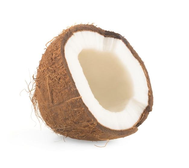Kokosnoot in tweeën gesneden op wit