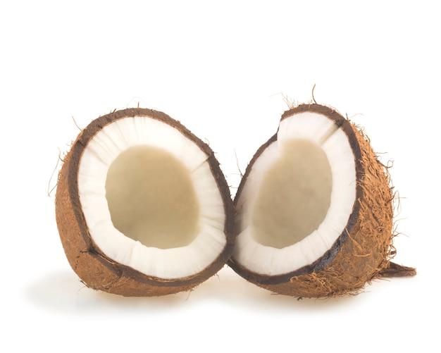Kokosnoot in tweeën gesneden op witte achtergrond