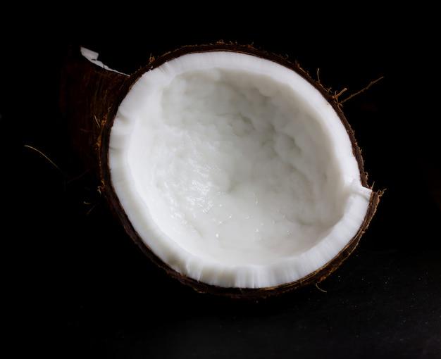 Kokosnoot in tweeën gesneden