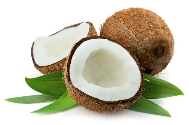 Kokosnoot met bladeren close-up