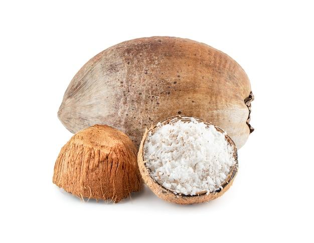 Kokosnoot met de helft geïsoleerd op een witte achtergrond met uitknippad.