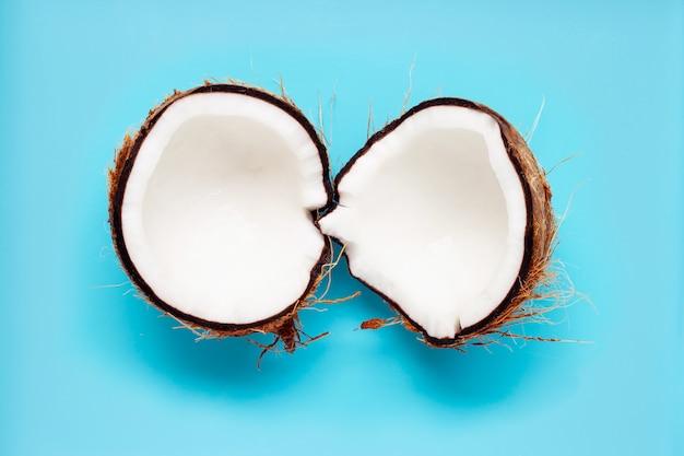 Kokosnoot op blauw
