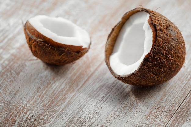 Kokosnoot op een houten achtergrond wordt geïsoleerd die