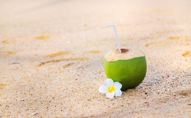 Kokosnoot op een strandcocktail.