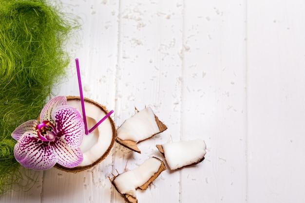 Kokosnoot op houten tafel op heldere wazig oppervlak