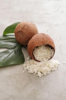 Kokosnoot op licht marmeren oppervlak